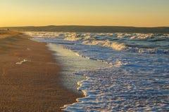 Κύματα στο ηλιοβασίλεμα όμορφη θάλασσα με τα κύματα και τον ψεκασμό, η έννοια του ταξιδιού, μια όμορφη κάρτα παραλιών Στοκ φωτογραφία με δικαίωμα ελεύθερης χρήσης