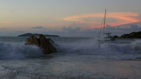 Κύματα στο ηλιοβασίλεμα στην παραλία Anse Λάτσιο απόθεμα βίντεο
