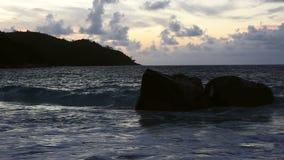 Κύματα στο ηλιοβασίλεμα στην παραλία Anse Λάτσιο φιλμ μικρού μήκους