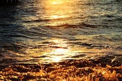 Κύματα στο ηλιοβασίλεμα Στοκ φωτογραφία με δικαίωμα ελεύθερης χρήσης