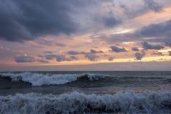 Κύματα στο ηλιοβασίλεμα Στοκ εικόνες με δικαίωμα ελεύθερης χρήσης
