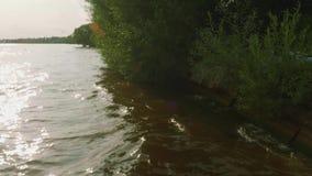 Κύματα της αναπήδησης ποταμών νερού από την τράπεζα απόθεμα βίντεο