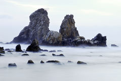 Κύματα της θάλασσας, και το στερεό βράχου Στοκ Εικόνες