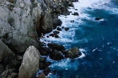 Κύματα της θάλασσας που χτυπιέται από τους μεγάλους βράχους κοντά στους βράχους Stone και νερό στοκ εικόνες με δικαίωμα ελεύθερης χρήσης