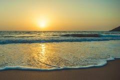 Κύματα της παλίρροιας στην ακτή της αραβικής θάλασσας κατά τη διάρκεια του ηλιοβασιλέματος Στοκ εικόνα με δικαίωμα ελεύθερης χρήσης