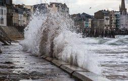 Κύματα του Ατλαντικού Ωκεανού έξω από την ακτή στοκ φωτογραφία