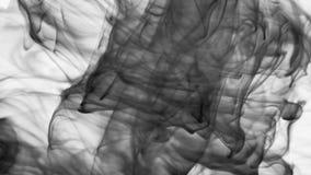 Κύματα του λευκού που καίει την ταραχώδη άνοδο καπνού μέσω του πλαισίου στο κλίμα φιλμ μικρού μήκους