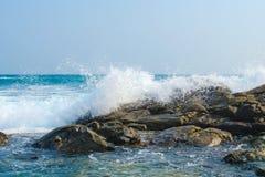 Κύματα του ωκεάνιου σπασίματος στους παφλασμούς των σκοτεινών πετρών νότιος Στοκ εικόνα με δικαίωμα ελεύθερης χρήσης