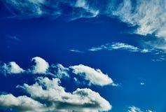 Κύματα των σύννεφων στον μπλε ηλιόλουστο ουρανό Στοκ Φωτογραφία