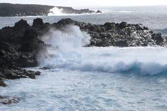 Κύματα, ωκεάνιοι και ηφαιστειακοί βράχοι στην ακτή Lanzarote, Ισπανία Στοκ εικόνα με δικαίωμα ελεύθερης χρήσης
