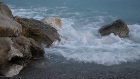 Κύματα ωκεανών ή θάλασσας που συντρίβουν στους βράχους φιλμ μικρού μήκους