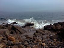 Κύματα Dume σημείου Συντριβή ενάντια στους βράχους στοκ εικόνα με δικαίωμα ελεύθερης χρήσης