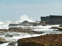 Κύματα Filey brig που συντρίβουν επάνω στους βράχους Στοκ φωτογραφία με δικαίωμα ελεύθερης χρήσης