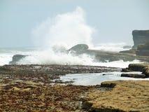 Κύματα Filey brig που συντρίβουν επάνω στους βράχους Στοκ Εικόνα