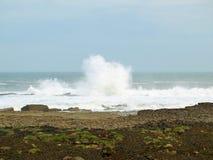 Κύματα Filey brig που συντρίβουν πέρα από τους βράχους Στοκ φωτογραφίες με δικαίωμα ελεύθερης χρήσης