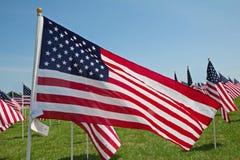 Κύμα αμερικανικών σημαιών σε ένα αεράκι Στοκ φωτογραφία με δικαίωμα ελεύθερης χρήσης