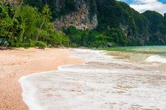Κύμα αφρού στην αμμώδη παραλία του AO Nang Krabi Στοκ φωτογραφίες με δικαίωμα ελεύθερης χρήσης