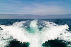 κύμα βαρκών ιστιοπλοϊκό Στοκ φωτογραφία με δικαίωμα ελεύθερης χρήσης
