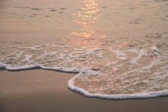 κύμα για να στρώσει με άμμο την παραλία, ηλιοβασίλεμα Στοκ φωτογραφία με δικαίωμα ελεύθερης χρήσης
