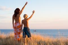 κύμα γιων μητέρων χεριών Στοκ φωτογραφίες με δικαίωμα ελεύθερης χρήσης