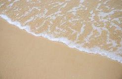 Κύμα θάλασσας και φωτογραφία παραλιών άμμου για το υπόβαθρο Ηλιόλουστη άμμος παραλιών με το κύμα θάλασσας Στοκ Εικόνες