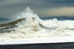 Κύμα θάλασσας με τον αφρό και ψεκασμός κατά τη διάρκεια μιας θύελλας Η έννοια της έντασης και της προσπάθειας Στοκ Φωτογραφίες