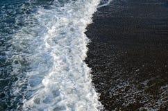 Κύμα θάλασσας με τον αφρό σε ένα κλίμα της σκοτεινής άμμου Στοκ εικόνα με δικαίωμα ελεύθερης χρήσης