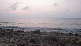 Κύμα θάλασσας στον μπλε ωκεανό στην άνοδο ήλιων στο πρωί