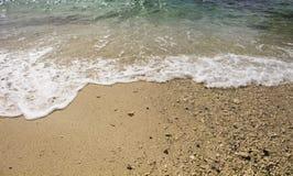 Κύμα θάλασσας με τον άσπρο αφρό στην άσπρη παραλία άμμου Σαφές τυρκουάζ μπλε θαλάσσιο νερό πέρα από την ακτή Στοκ Εικόνα