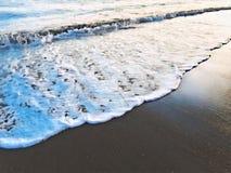 Κύμα θάλασσας πέρα από την ψηφιακή απεικόνιση παραλιών άμμου Ωκεάνεια παλίρροια νερού στην ακτή Στοκ Φωτογραφίες