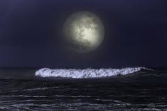 Κύμα θάλασσας σε μια σκοτεινή νύχτα πανσελήνων στοκ εικόνες με δικαίωμα ελεύθερης χρήσης