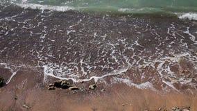 Κύμα θάλασσας στην άμμο της τροπικής παραλίας φιλμ μικρού μήκους
