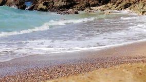 Κύμα θάλασσας στην άμμο της τροπικής παραλίας απόθεμα βίντεο