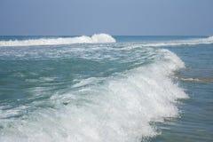 Κύμα θάλασσας στην κυματωγή. Στοκ εικόνες με δικαίωμα ελεύθερης χρήσης