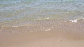 Κύμα θάλασσας στην παραλία άμμου απόθεμα βίντεο