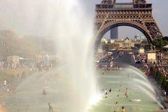 Κύμα θερινής θερμότητας Παρίσι Οι πηγές Trocadero από τον πύργο του Άιφελ στοκ εικόνες με δικαίωμα ελεύθερης χρήσης