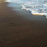 Κύμα και παραλία, λαμπρό τροπικό κύμα θάλασσας στην άμμο παραλιών στο φως ηλιοβασιλέματος Στοκ φωτογραφία με δικαίωμα ελεύθερης χρήσης