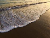 Κύμα και παραλία, χρόνος ηλιοβασιλέματος, κύμα σερφ για τους αρχαρίους Στοκ εικόνα με δικαίωμα ελεύθερης χρήσης