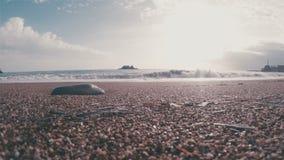 Κύμα κυματωγών σε μια παραλία χαλικιών απόθεμα βίντεο