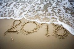 Κύμα με 2018 κείμενα στην άμμο στοκ φωτογραφία με δικαίωμα ελεύθερης χρήσης