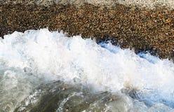 Κύμα νερού με το χαλίκι στην ξηρά Στοκ εικόνα με δικαίωμα ελεύθερης χρήσης