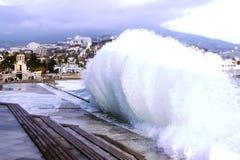 Κύμα παφλασμών Θύελλα στη Μαύρη Θάλασσα από την ακτή Yalta Μαύρη Θάλασσα στοκ φωτογραφία με δικαίωμα ελεύθερης χρήσης