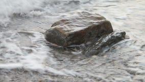 Κύμα που χτυπά την πέτρα και τον παφλασμό απόθεμα βίντεο