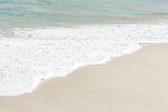 Κύμα στην άσπρη παραλία άμμου Στοκ φωτογραφία με δικαίωμα ελεύθερης χρήσης