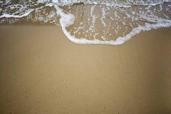 Κύμα στην παραλία άμμου στοκ φωτογραφίες