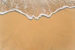 Κύμα στην παραλία άμμου Στοκ εικόνα με δικαίωμα ελεύθερης χρήσης