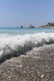 Κύμα στην παραλία κοντά στην πέτρα Aphrodite Κύπρος Στοκ φωτογραφία με δικαίωμα ελεύθερης χρήσης