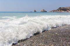 Κύμα στην παραλία κοντά στην πέτρα Aphrodite Κύπρος Στοκ φωτογραφίες με δικαίωμα ελεύθερης χρήσης