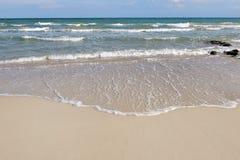 Κύμα της θάλασσας στην παραλία άμμου το καλοκαίρι - Apulia, Ιταλία Στοκ φωτογραφία με δικαίωμα ελεύθερης χρήσης