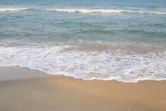 Κύμα της θάλασσας στην παραλία άμμου Στοκ Φωτογραφία